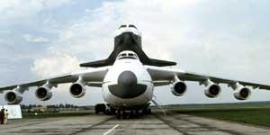 """Ан-225 """"Мрия"""" и """"Буран"""" на показе руководству страны (в ЛИИ им.М.Громова) перед перелетом на авиасалон Ле-Бурже, 1989"""