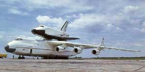 """Отработка транспортировки """"Бурана"""" на самолете Ан-225 """"Мрия"""" перед авиасалоном в Ле-Бурже, Франция, 1991 г."""