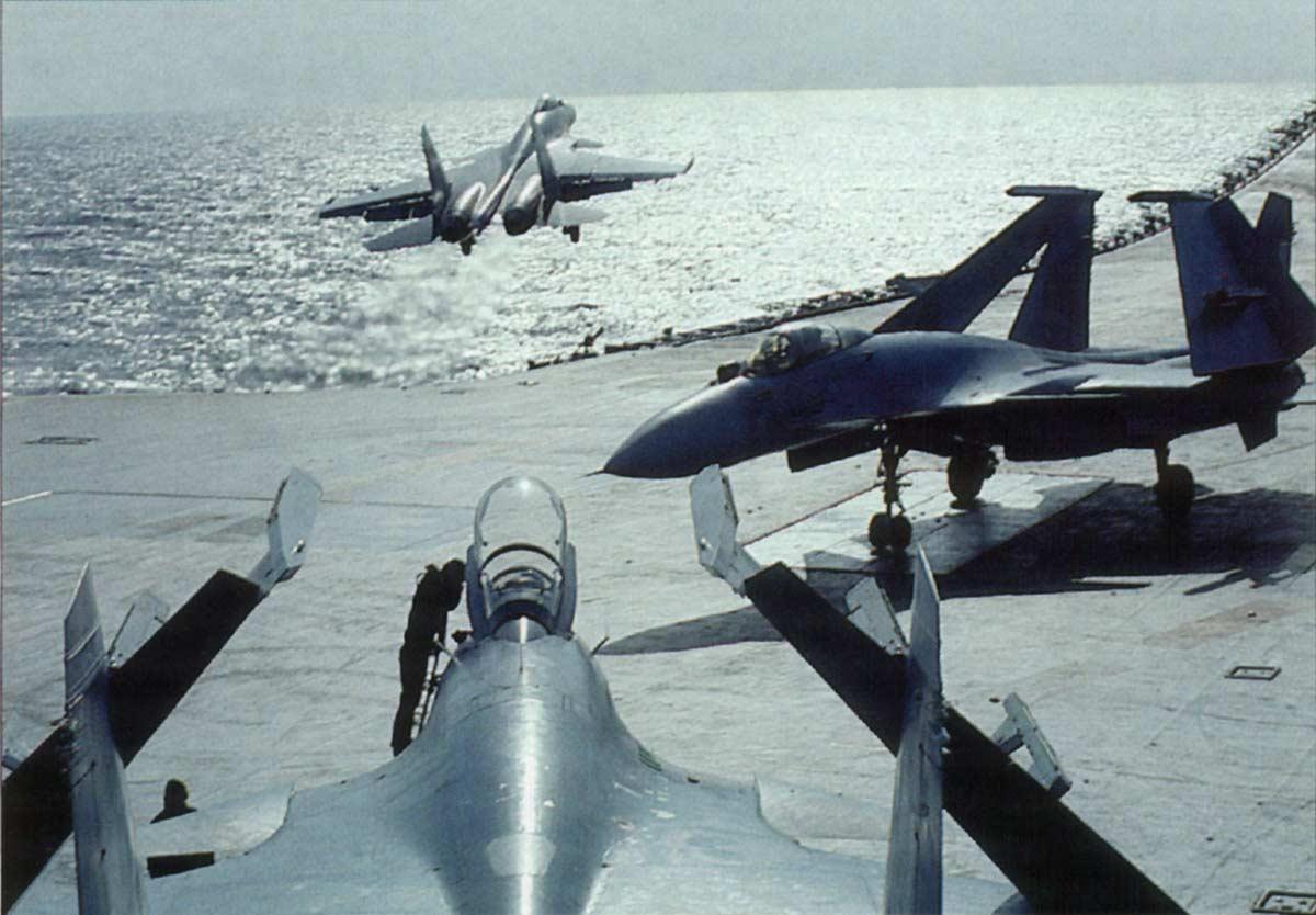 Caça Su-33 do porta-aviões russo Admiral Kuznetsov sai da  pista (convoo) e cai no mar durante o pouso